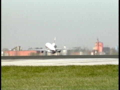 unidentifiable jet airplane taking off from airport tarmac, runway, lifting, flying, clear sky bg. departure, travel, air flight, air travel, trip,... - passenger 個影片檔及 b 捲影像