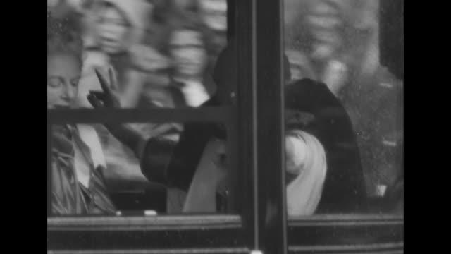 vídeos de stock, filmes e b-roll de unidentified couple in open carriage / men in turbans on white horses / duke and duchess of norfolk bernard fitzalanhoward in coach with wife lavinia... - norfolk east anglia