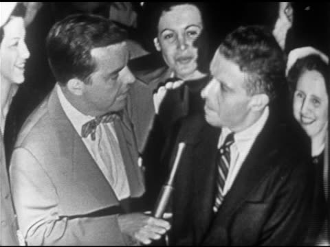 vidéos et rushes de unidentified host w/ mic & people asking questions for eisenhower: does he want to be president? larry from crowd responding; 'ike' respects the... - équipement audiovisuel