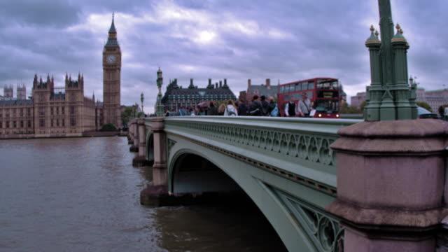 vídeos y material grabado en eventos de stock de london - october 11: unidentified people and cars cross bridge, big ben in background on october 11, 2011 in london - autobús de dos pisos