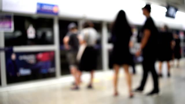 unbekannte menschen warten auf kommende zug auf plattform, unscharf - bahnreisender stock-videos und b-roll-filmmaterial