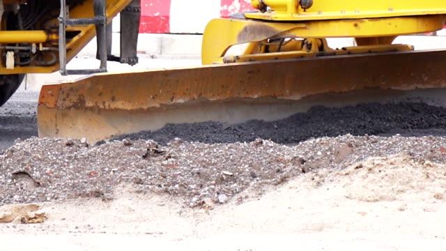 nicht identifizierter arbeiterkontrolle bulldozer, bagger - eimer stock-videos und b-roll-filmmaterial