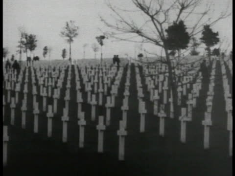 vidéos et rushes de unidentified world war i cemetery w/ hundreds of white christian crosses standing marking graves gravesites. silhouette of few people in cemetery bg.... - première guerre mondiale