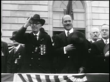 stockvideo's en b-roll-footage met uniformed man saluting at civil war veteran's parade / portland, maine / newsreel - salueren