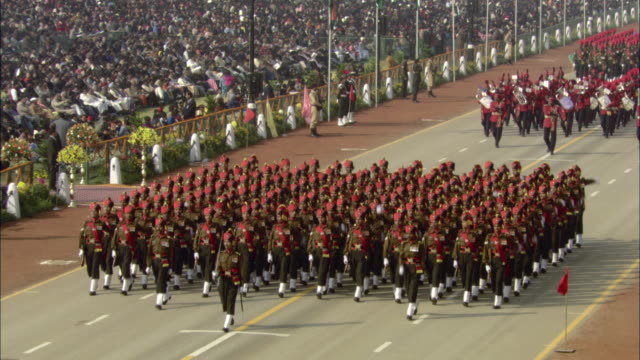 stockvideo's en b-roll-footage met ha ws pan uniformed military guards marching in formation in india republic day parade during 58th republic day of india celebration on january 26, 2007 / india - leger thema