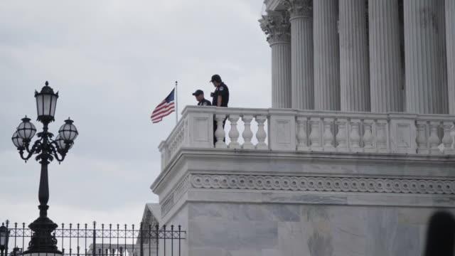 stockvideo's en b-roll-footage met uniformed secret service agents stand guard on the us capitol building - geheime dienstagent