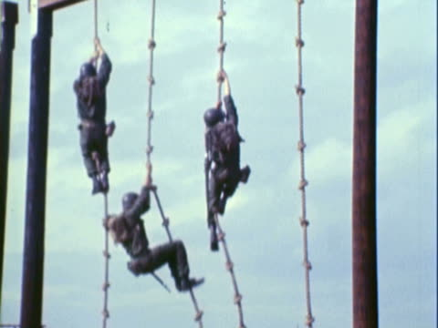 vídeos de stock, filmes e b-roll de ws uniformed us marines climbing down a knotted rope during training session / california, untied states - campo de treinamento militar