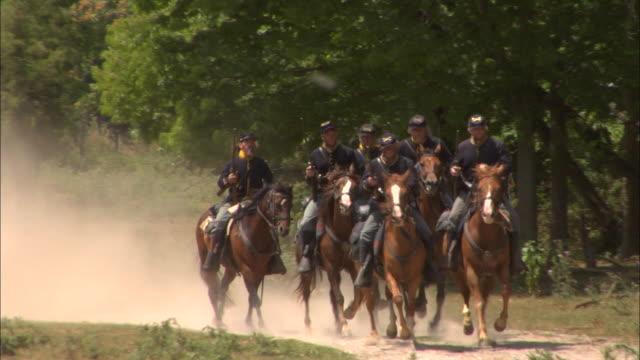 vídeos y material grabado en eventos de stock de a union cavalry regiment gallops along a dusty road. - cavalry