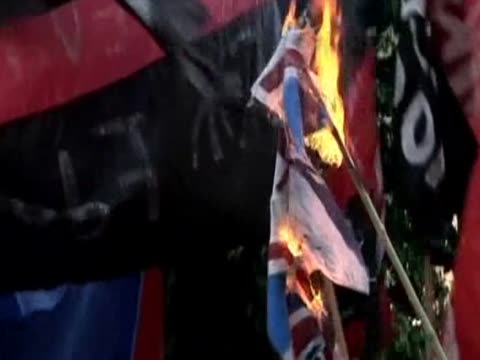 union jack being burnt during the protests for the 30th anniversary of the start of the falklands conflict - isole dell'oceano atlantico video stock e b–roll