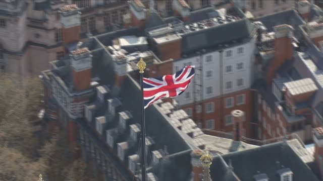 union jack flag blowing in wind - bandiera del regno unito video stock e b–roll