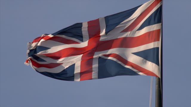 union jack flag al rallentatore - bandiera del regno unito video stock e b–roll
