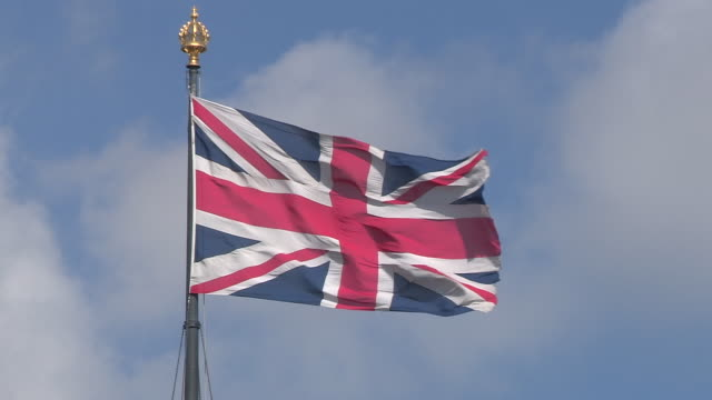 union jack flag uk - bandiera del regno unito video stock e b–roll