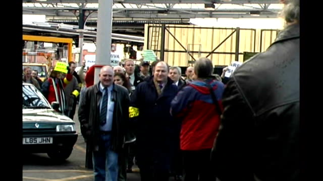 stockvideo's en b-roll-footage met union leader bob crow dies aged 52 r01030202 / newcastle upon tyne bob crow along at station concourse followed by group of strikers and greeting men... - tyne and wear