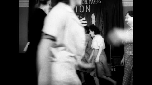 vídeos de stock e filmes b-roll de union members square dancing male instructor clapping bg. woman playing piano. women dancing in pairs down line. dance lessons recreation nyc ilgwu - dança quadrada