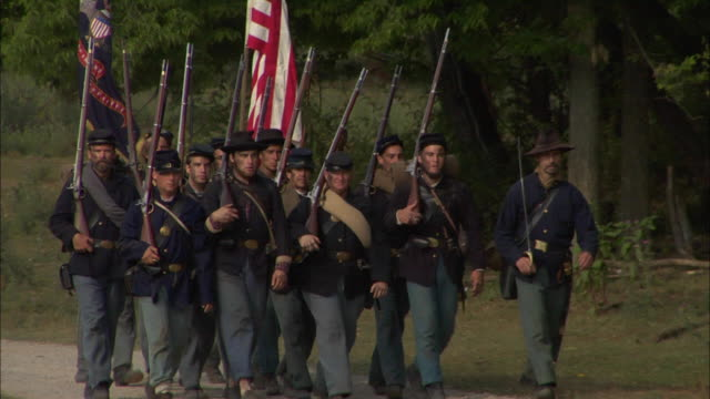 union soldiers march with the union flag and rifles. - gettysburg stock-videos und b-roll-filmmaterial