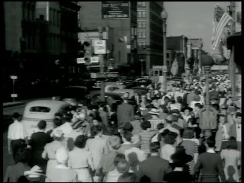 vidéos et rushes de union station business man getting into taxi cab w/ help of porter vs crowded dc city sidewalk - 1942