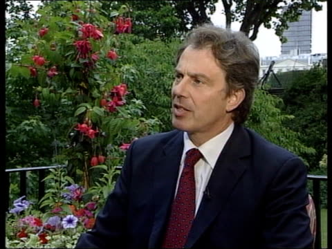 vídeos y material grabado en eventos de stock de unionist reject government plan downing street ext blair sitting for interview with ulster tv blair interview sot process will not collapse northern... - iluminado con focos