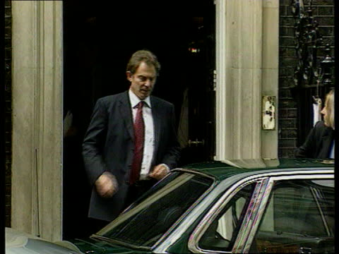 stockvideo's en b-roll-footage met unionist reject government plan england london downing street ext prime minister tony blair mp from number 10 and to car car carrying blair along to... - politics and government