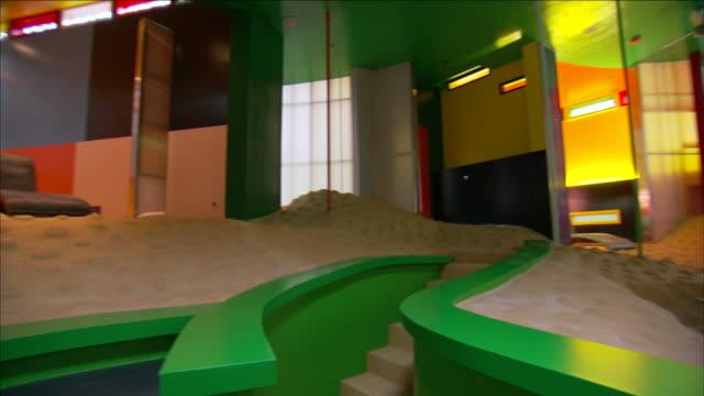 vidéos et rushes de unique architecture forms a futuristic home. - intérieur de maison témoin