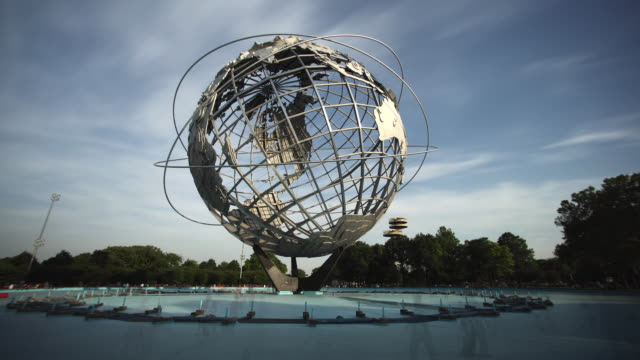 vídeos de stock, filmes e b-roll de t/l ws unisphere in flushing meadow park, day to dusk, new york city, new york, usa - flushing meadows corona park