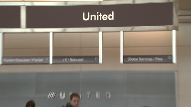 united airline's baggage counter and self-serve kiosk at ronald reagan washington national airport / arlington, virginia, united states - アーリントン点の映像素材/bロール