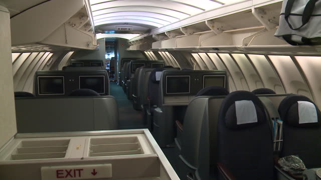vidéos et rushes de wgn united airlines employees said goodbye on oct 25 to the boeing 747 airplane more than 200 people boarded the aircraft at o'hare international... - première classe