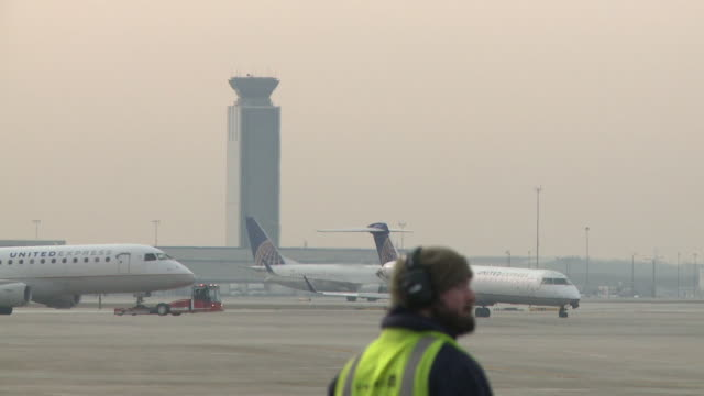 wgn united airlines planes at chicago's o'hare airport on december 13 2018 - taxiway stock-videos und b-roll-filmmaterial