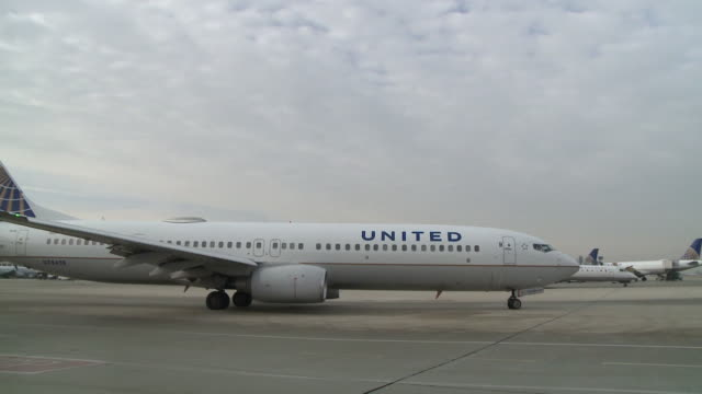 wgn united airlines planes at chicago's o'hare airport on december 13 2018 - taxiway stock videos & royalty-free footage