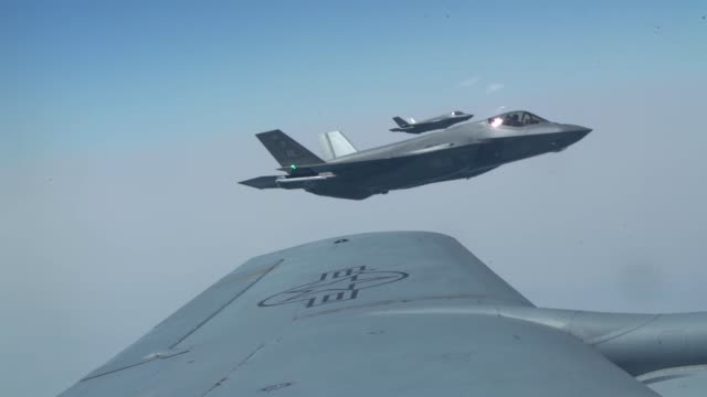 vídeos de stock e filmes b-roll de united arab emirates air force mirage 2000, a uae f-16 desert falcon and a u.s. f-35a lightning ii fly a partnering flight in the u.s. central... - ministério da defesa dos estados unidos