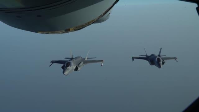 united arab emirates air force mirage 2000, a uae f-16 desert falcon and a u.s. f-35a lightning ii fly a partnering flight in the u.s. central... - amerikanska försvarsdepartementet bildbanksvideor och videomaterial från bakom kulisserna