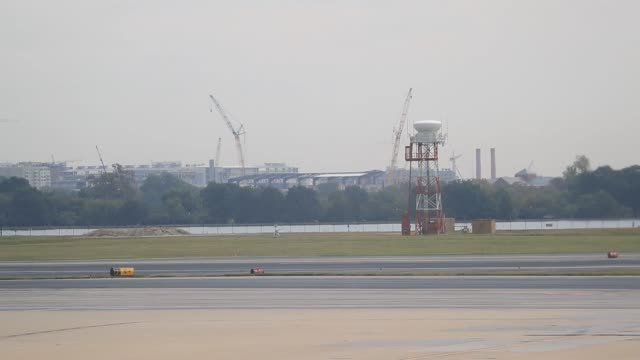 vidéos et rushes de a united continental holdings inc aircraft travels on the tarmac at ronald reagan national airport in washington dc us on friday sept 22 2017... - aéroport ronald reagan