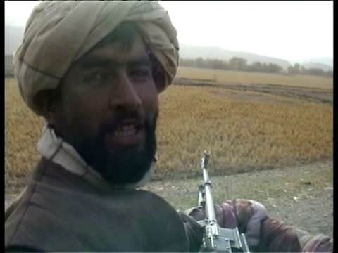 vidéos et rushes de united front soldiers enroute to kunduz taliban fighters convoy from kunduz men in trucks with weapons / taliban defectors united front soldiers... - taliban