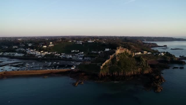 united kingdom, channel islands, jersey, gorey, mont orgueil castle (gorey castle) - kanalinseln stock-videos und b-roll-filmmaterial