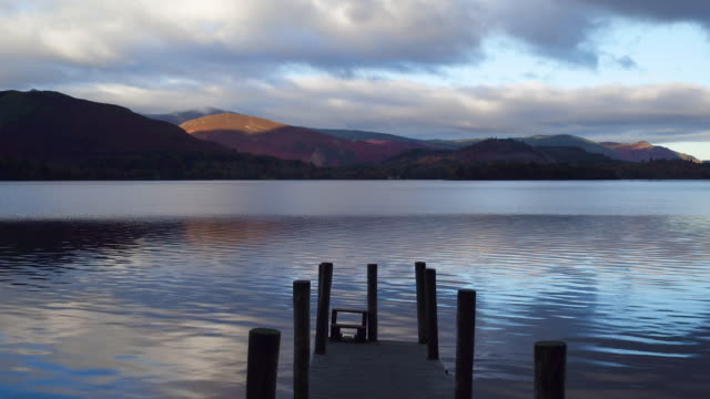 vídeos de stock, filmes e b-roll de united kingdom, england, cumbria, lake district national park, derwent water, wooden jetty at barrow bay landing - píer