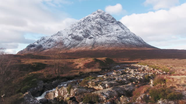 stockvideo's en b-roll-footage met united kingdom, scotland, western highlands, glencoe (glen coe), rannoch moor, buachaille etive mor and the river coupall - schotland