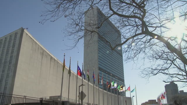 united nations building and street / new york city, new york, usa - vereinte nationen stock-videos und b-roll-filmmaterial