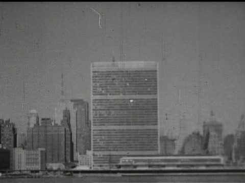 vídeos de stock e filmes b-roll de united nations building in new york, glass door to the un, general assembly, cattle car on train, prisoners behind barbed wire in siberian gulag,... - anticomunismo