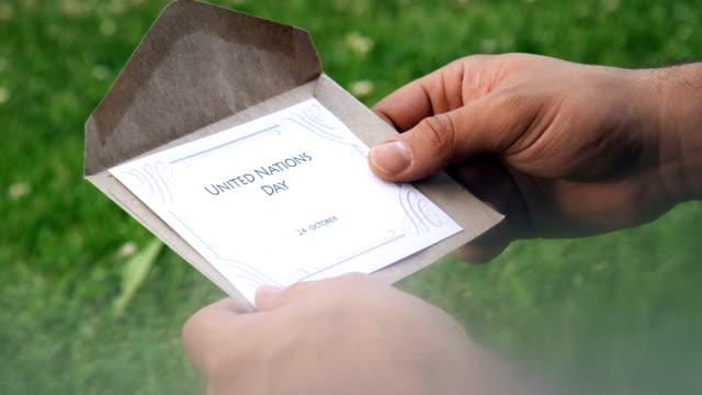 tag der vereinten nationen (24. oktober) brief - menschlicher finger stock-videos und b-roll-filmmaterial
