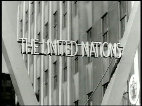 vídeos de stock, filmes e b-roll de united nations flags blowing in wind united nations sign ws china brazil new zealand us france flags flying on poles crest of fighting french emblem... - 1943
