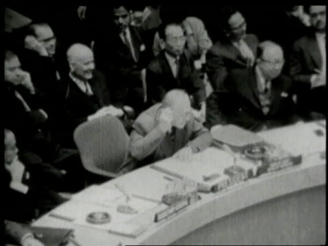 vidéos et rushes de united nations meeting adlai stevenson questioning valerian zorin / new york city new york united states - adlai stevenson