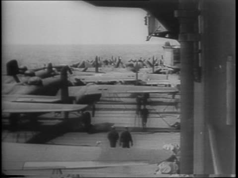 vídeos de stock e filmes b-roll de united press ace war correspondent joe james custer tells his first-hand account of the doolittle raid on tokyo, seated at a desk / uss hornet at sea... - air raid