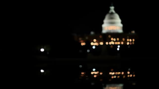 vídeos de stock, filmes e b-roll de united state capitol building at night - sc47
