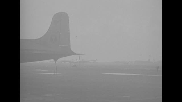 united states air force planes in flight over water off bikini atoll / cloud formation beneath planes / pilot with earphones on looking out window /... - 大量破壊兵器点の映像素材/bロール