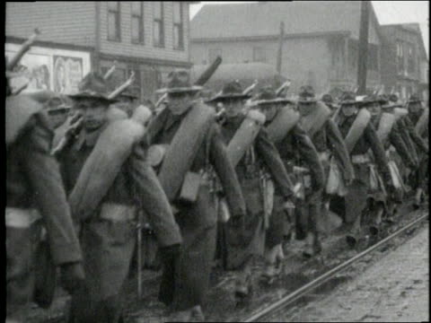 united states army soldiers in uniform carry guns and march in the rain. - infanteri bildbanksvideor och videomaterial från bakom kulisserna