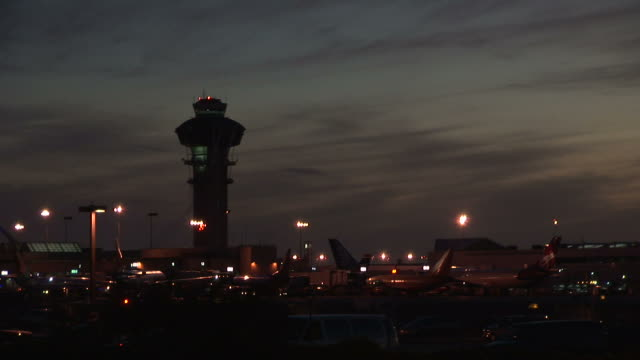 vídeos y material grabado en eventos de stock de united states, california, los angelesairplane landing at los angeles airport - torre de control de circulación aérea