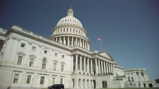 ワシントンdcのアメリカ国旗を持つ米国議会議事堂と下院 - 連邦議会議員点の映像素材/bロール