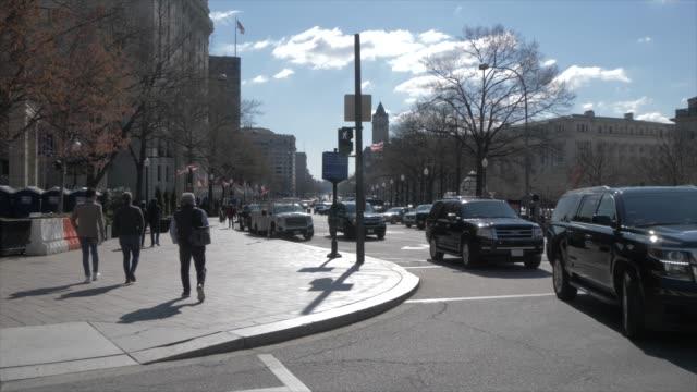 vídeos de stock, filmes e b-roll de united states capitol building and traffic on pennsylvania avenue, washington dc, united states of america, north america - pennsylvania avenue