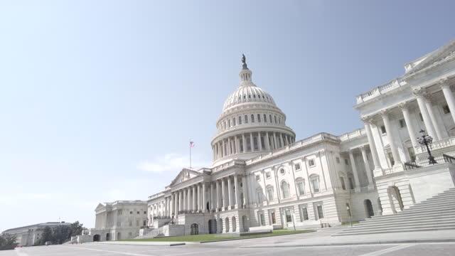 ワシントンdcのアメリカ国旗を持つ米国議会議事堂と米国上院 - 連邦議会議員点の映像素材/bロール