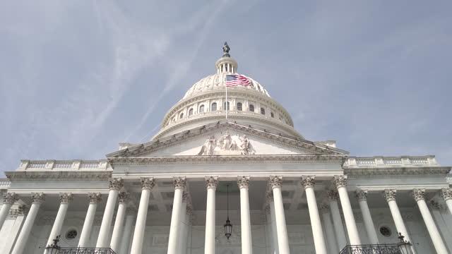 ワシントンdcのアメリカ国旗を持つ米国議会議事堂低角 - 連邦議会議員点の映像素材/bロール