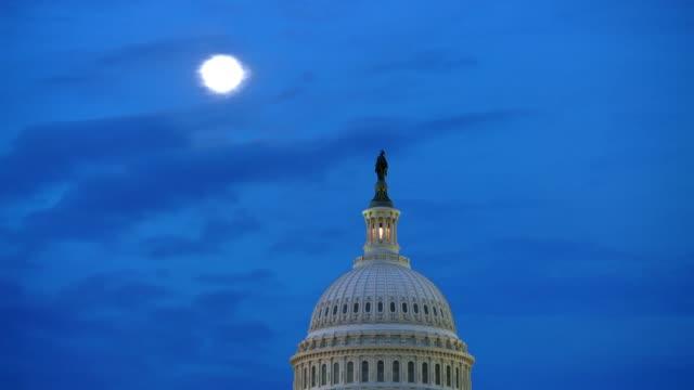 vídeos de stock, filmes e b-roll de cúpula do capitólio dos estados unidos e a estátua da liberdade com a lua cheia à noite em washington, dc - câmara dos deputados